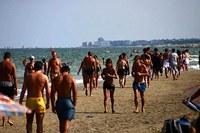 Persone in spiaggia, turismo, mare
