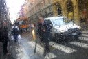 Città, traffico, pedoni, pioggia, maltempo