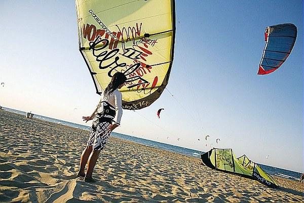 Turismo, riviera, kite surf, mare, spiaggia, turisti