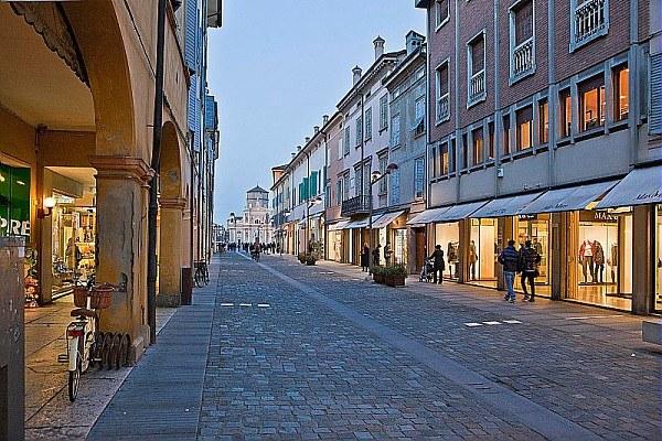 Carpi, centro storico, negozi, commercio