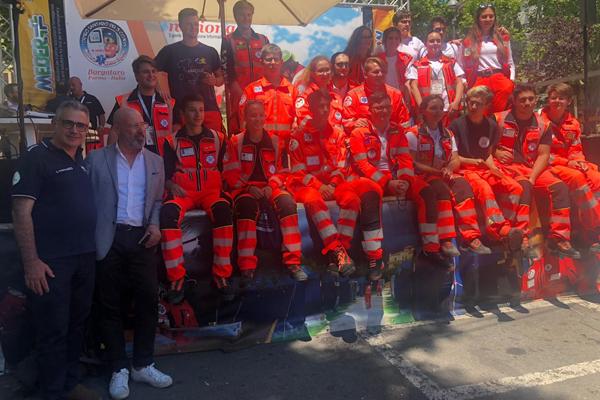 Bonaccini con i volontari Anpas Tour Appennino parmense (giugno 2019)