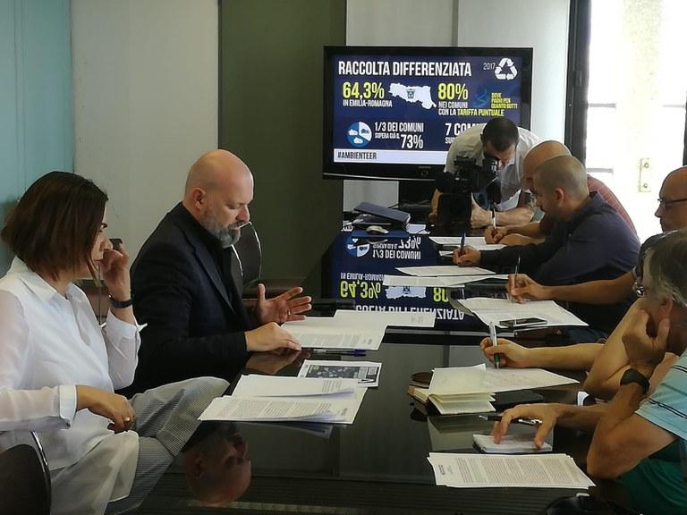Bonaccini e Gazzolo - conf. stampa raccolta differenziata