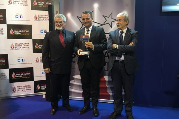 """Donini riceve il premio """"Basta sangue nelle strade"""" a Eicma 2017 - 2"""