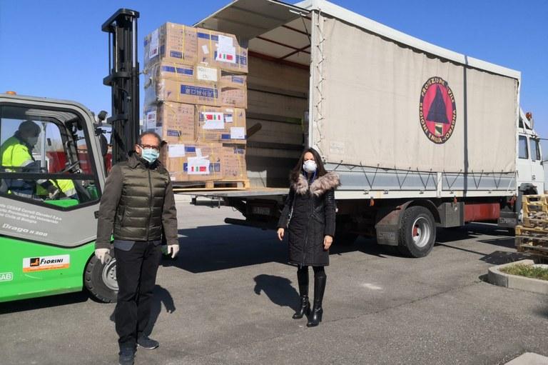 L'assessore Priolo accoglie il carico di mascherine donate dalla Provincia di Guangdong coronavirus (24 marzo 2020)