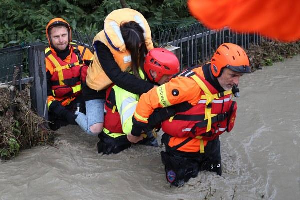 Maltempo dicembre 2017, volontari soccorrono persona
