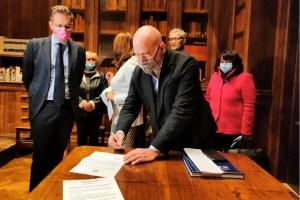 Il presidente Stefano Bonaccini firma la consegna degli atti Uno Bianca all'archivio di Stato 13 ottobre 2021
