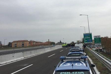 Incidente Borgo Panigale cerimonia riapertura (1-10-18) auto polizia