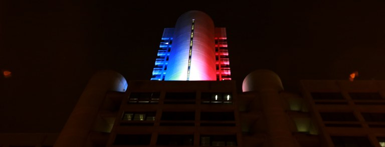 Torri Regione illuminate con colori Francia per vittime Parigi (13 novembre 2015) - Banner