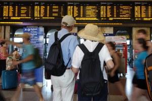 turisti in stazione a Bologna