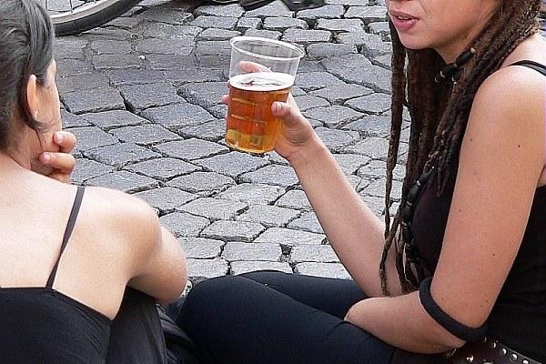 Adolescenti che bevono birra