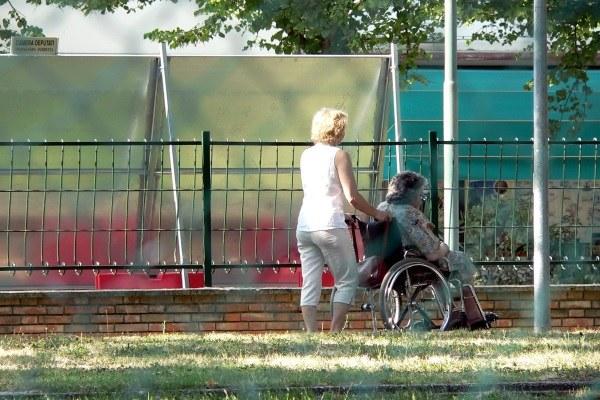Anziana, carozzina, parco