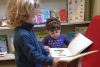 Nido, bambini che leggono