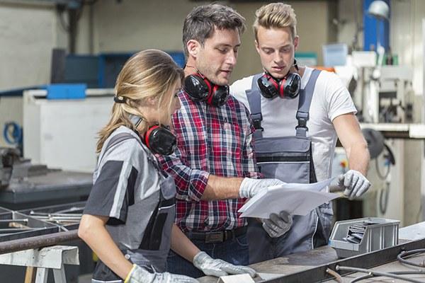 Formazione professionale, apprendistato, tirocinio, lavoro giovani, operai, fabbrica, impresa