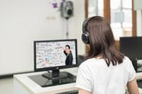 Ragazza in aula computer, formazione, informatica, pc