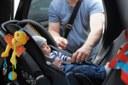 Bimbo in auto, seggiolino, cintura sicurezza