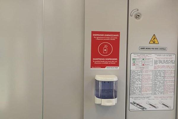 Treno, interno treno, coronavirus, gel igienizzante