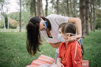 Adulto e bambino con mascherine
