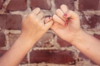 Donne, mani intrecciate, aiuto, assistenza