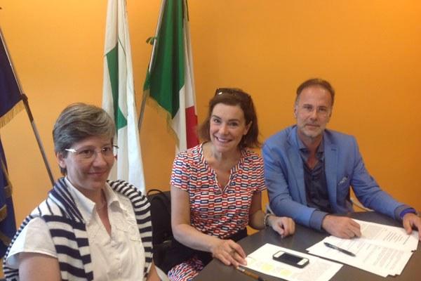Gualmini firma il protocollo su adozioni