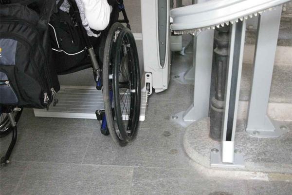 Persona disabile, disabilità, scale, barriere architettoniche