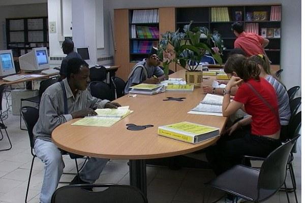 Persone a un centro per l'impiego, lavoro, assistenza, sportello (2)