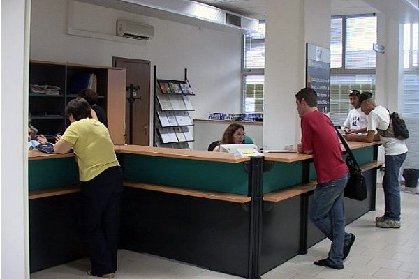 Persone a un centro per l'impiego, lavoro, assistenza, sportello