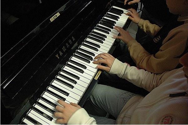 Ragazzi al pianoforte, scuola musica