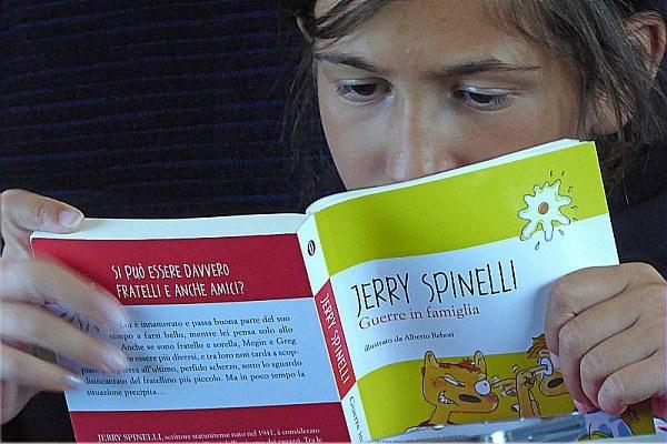 Ragazzina, adolescente, lettura, libro