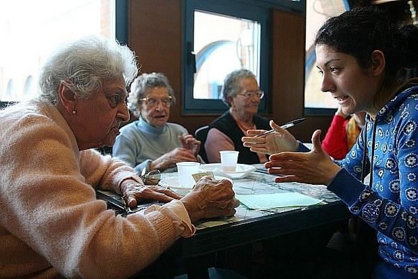 Servizio civile, anziani, ragazza