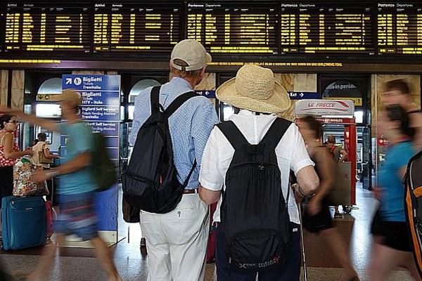 Turisti, turismo, viaggio, stazione ferroviaria, treni
