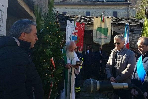 Bonaccini alla commemorazione eccidio Villa Minozzo davanti alla lapide