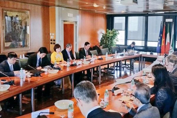 Bonaccini incontra la delegazione vietnamita in Regione