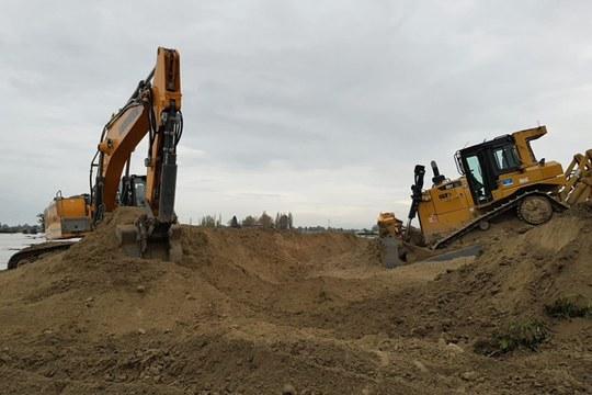 Escavatori al lavoro sulla falla dell'Idice a Budrio (Bo) novembre 2019