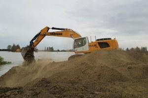 Escavatore al lavoro sulla falla dell'Idice a Budrio (Bo)