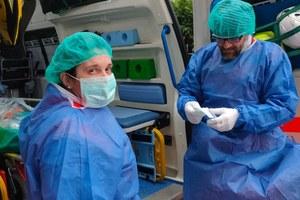 Coronavirus volontari Anpas con camice azzurro e mascherina