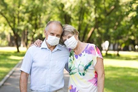 Coppia anziani con mascherina covid coronavirus estate
