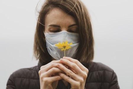 coronavirus mascherina donna.jpg