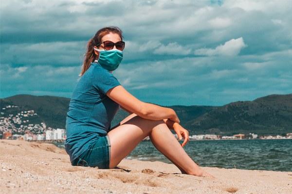 donna_in_spiaggia_mascherina.jpg