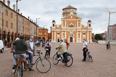 Coronavirus, biciclette, piazza, mascherina