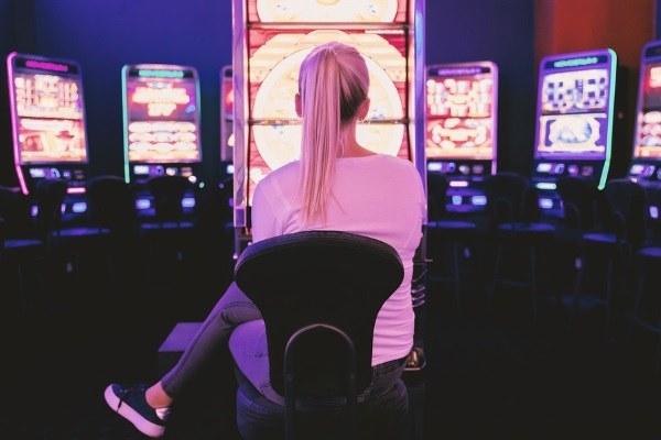 Gioco d'azzardo- ragazza che gioca