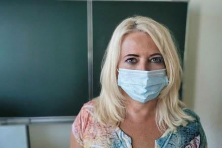 insegnante in classe con mascherina