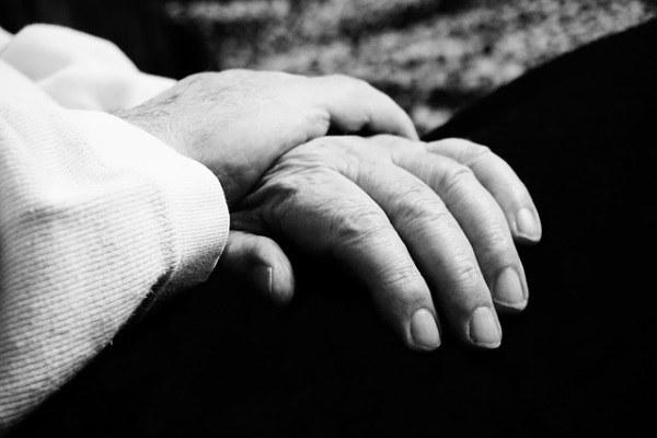 mani aiuto help assistenza solidarietà malati anziani