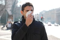 Coronavirus, uomo con la mascherina (2)