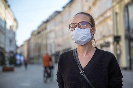 Coronavirus, donna con la mascherina (3)