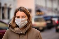 Coronavirus, donna con la mascherina (2)