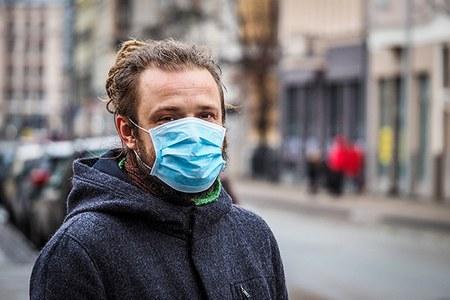 Coronavirus, uomo con la mascherina (1)