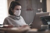 Donna al lavoro - mascherina coronavirus