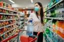 Coronavirus, fase 2, donna fa la spesa con mascherina