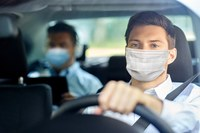 Coronavirus, fase 2, due uomini in auto con mascherina