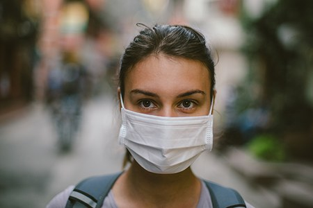 Coronavirus, fase 2, ragazza con mascherina